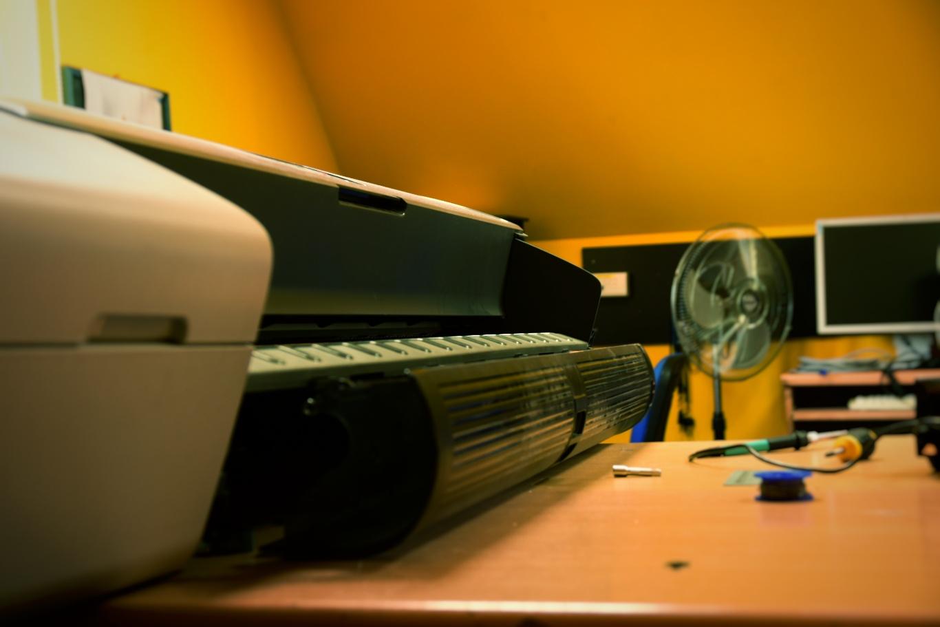 Techniczna obsługa i naprawa ploterów. © Zdjęcie za zgodą Akte.com.pl i autora @PhotoSchroedingerCat https://akte.com.pl/serwis-ploterow/
